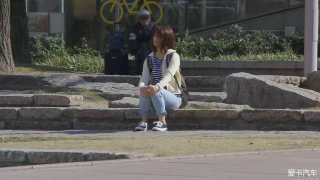 一个日本女孩分别在素颜和化妆后找男生借钱