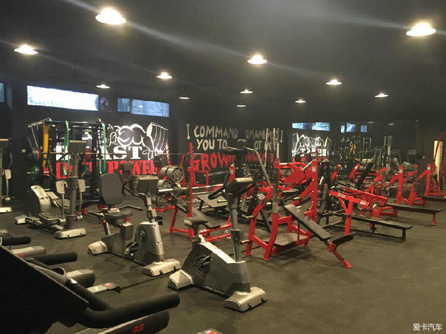 朋友开了个私人健身房 欧美大力士风格_北京汽