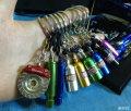 红色DEFI全新涡轮表和一些钥匙扣