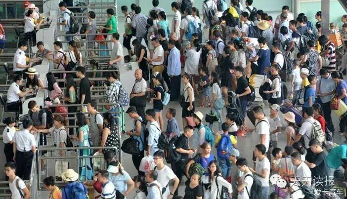 1、中国各地迎暑运返程高峰,火车站排队人满为患。(请注意合理安排出行) 2、新华社:高铁WiFi预计12月投入运营,正在装车测试。 3、发改委回应创投环境趋冷:400亿创投引导基金将面世。 4、国务院常务会议部署促进消费品质量提升,会议决定建立消费品生产经营负面清单管理制度。 5、工信部官员:我国汽车产业进入由大变强的机遇关键期,迎来重大的历史机遇,要以新能源汽车为重要突破口。 6、民企500强名单揭晓:华为苏宁山东魏桥位列前三,联想、正威国际、大连万达、中国华信、恒力集团、江苏沙钢、万科分列四至十位。