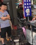 南京一男子骑电动车闯红灯被罚拎508个1角硬币交罚款
