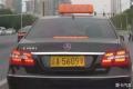 女司机撞了豪车不用赔多亏车牌的一个字