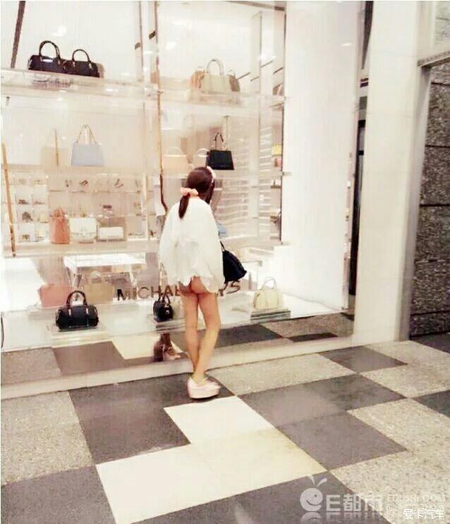 上海艺名露臀少女现场脱内裤腿间拔出v艺名物女生a艺名地铁图片