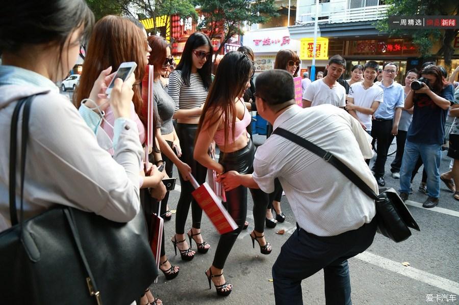 8汽车邀请路人打屁股测美女。_北京美女论坛手感拍a汽车街成都图片