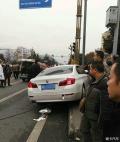 市区失控连撞三人致一人死亡两人受伤