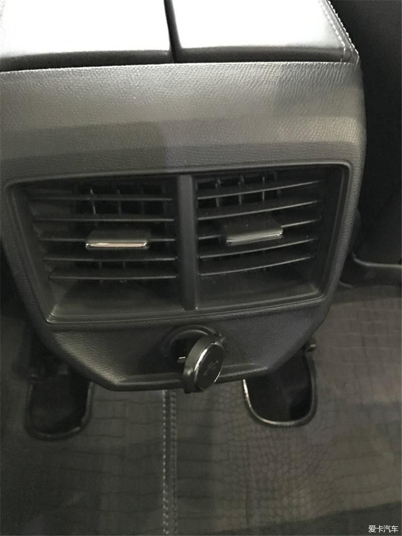 汽车论坛大全 标致4008论坛 03 正文   后排的空调出风口,还有一个