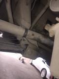 为什么车子的右半轴跟元宝梁会摩擦?