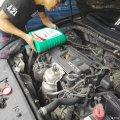 八代雅阁保养换机油,更换汽油滤清器作业。