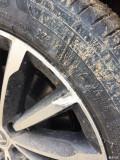 速派左前轮毂受伤。