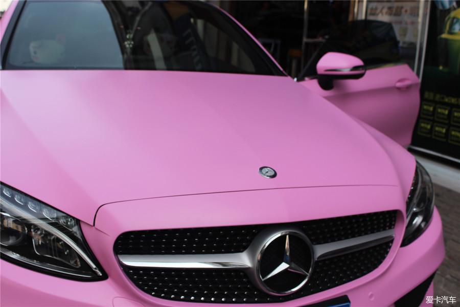 小奔提車有一年了,媳婦一直想給小奔做一個車身改色,心里惦記粉色已經很久了,沒辦法,老婆最大,只要她開心就好,一開始心里想的是給小奔來個全車噴漆,隨后在網上搜索了一下,說汽車噴漆對汽車的傷害比較大,而且還會影響汽車的二次銷售,于是就打消了給小奔汽車噴漆的念頭。