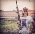 战斗民族趣图:目光全在酷炫性感女枪手