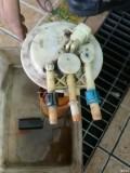 更换油箱盖,发现还是汽油味较重,定位油泵接口开裂