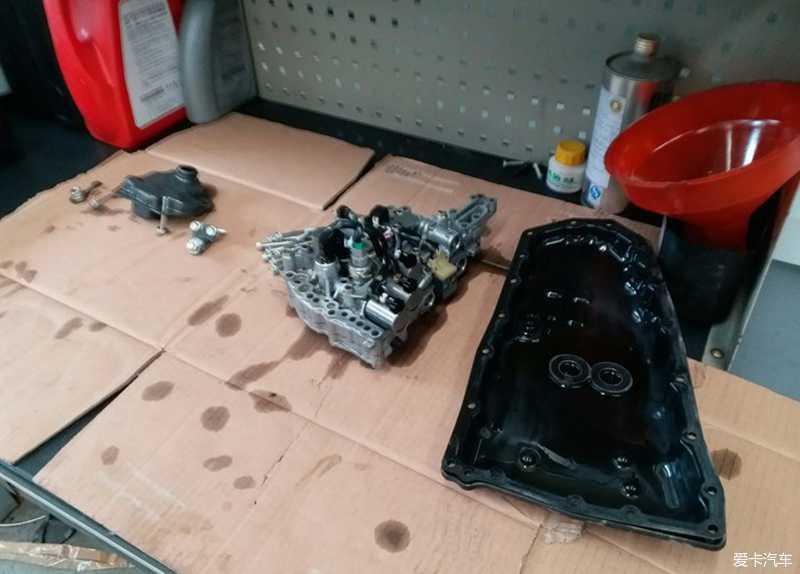 拆下的油底壳,变速箱阀体.