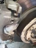 请专家帮我评估一下根据这几张图片这个刹车保养做的算不算合格?