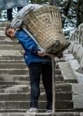 峨眉山金顶女背山工:每次背100公斤东西上山