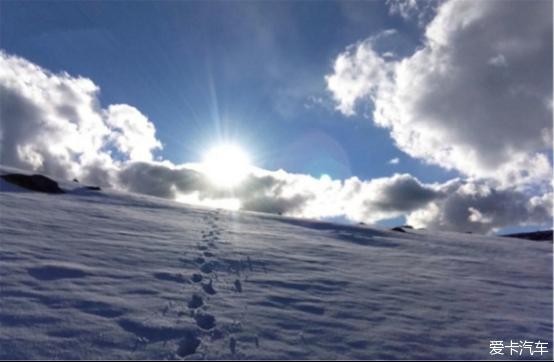 出来了,照射着雪地里一深一浅的脚印.-新疆的美,看了你才懂
