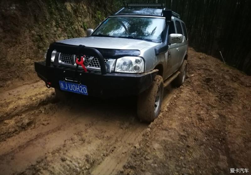 驾驶帕拉丁四驱雨天泥泞玩穿越