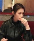 吃饺子的美女