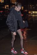 看上身挺冷下身又觉得挺热,漏腿的洋模还是被眼尖的识别出来了。