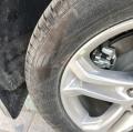 老司机,锐界轮胎蹭马路牙子上了
