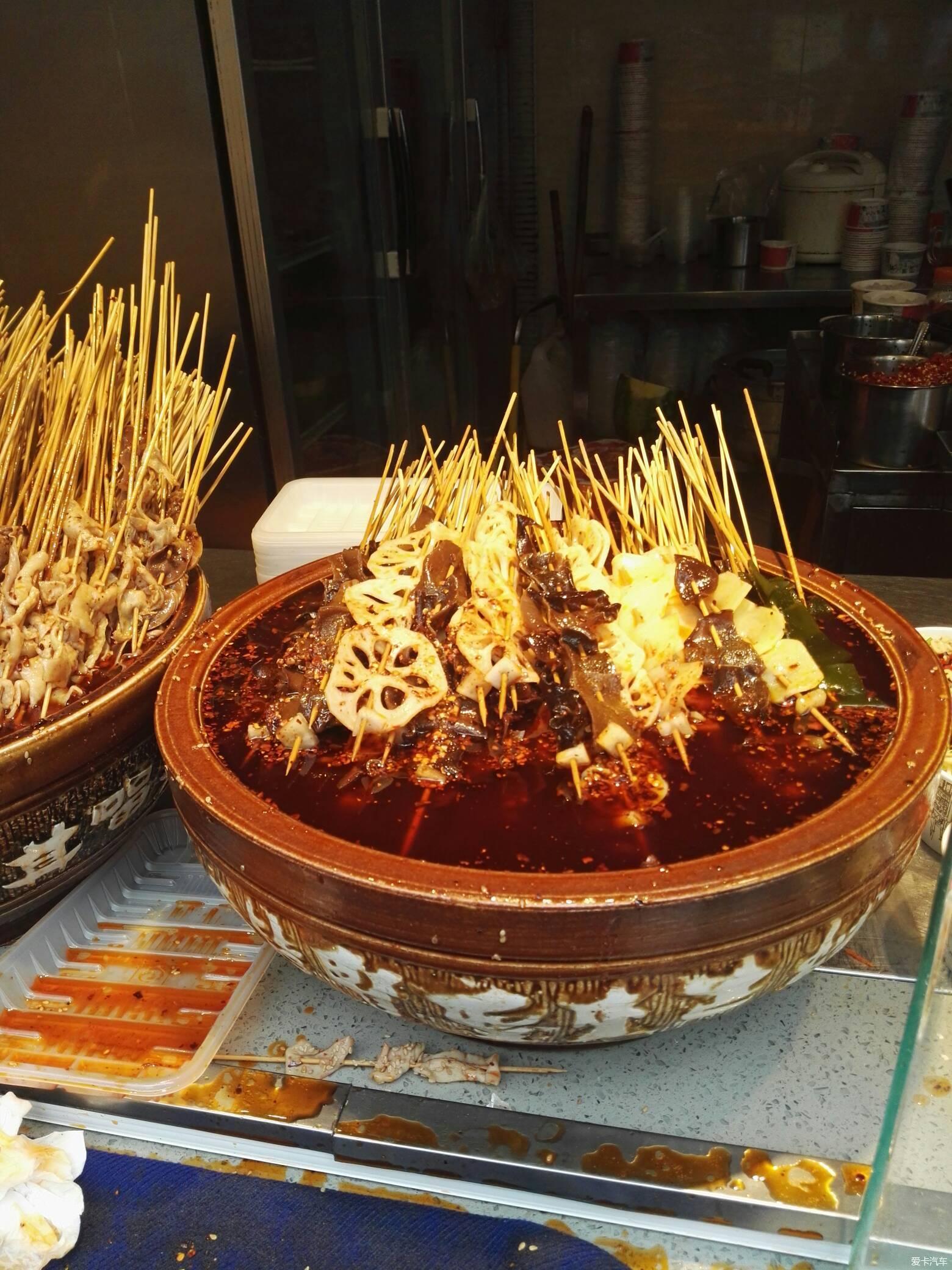 锦里的小吃钵钵鸡,棒棒鸡红油太香了图片