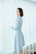 佟丽娅蓝色连衣裙亮相,尽显自信魅力~~~