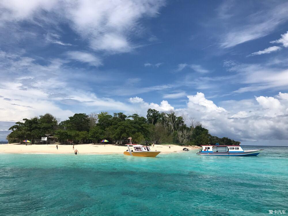 苏拉威西岛屿旁的小岛所包围的这一片「布纳肯自然保育区」特别耀眼.