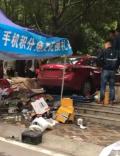 轿车冲上人行道 撞飞商家摊位致多人受伤