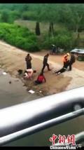 河北邢台农家大叔勇救落水男子 网友:大叔真爷们!