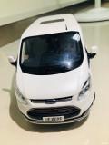 成熟的白色商务风范车模你的最爱