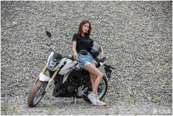 媳妇野性十足秀身材,抢着为摩托当车模