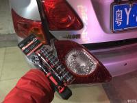 08款老卡罗拉原车左边红色的 改成左边白色倒车灯 实现双倒车灯