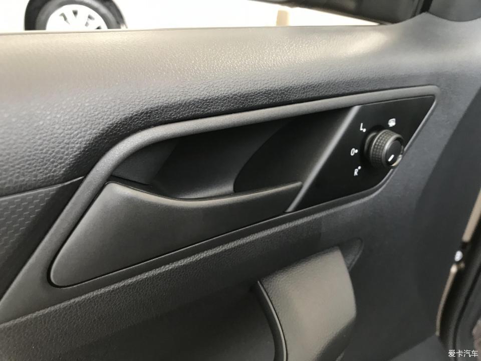 捷达的后视镜角度调节在主驾驶门把手开关前面,操作起来很方便.