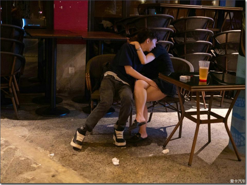 情绪在酒精里发酵,激情在身体里燃烧,荷尔蒙在压抑中释放