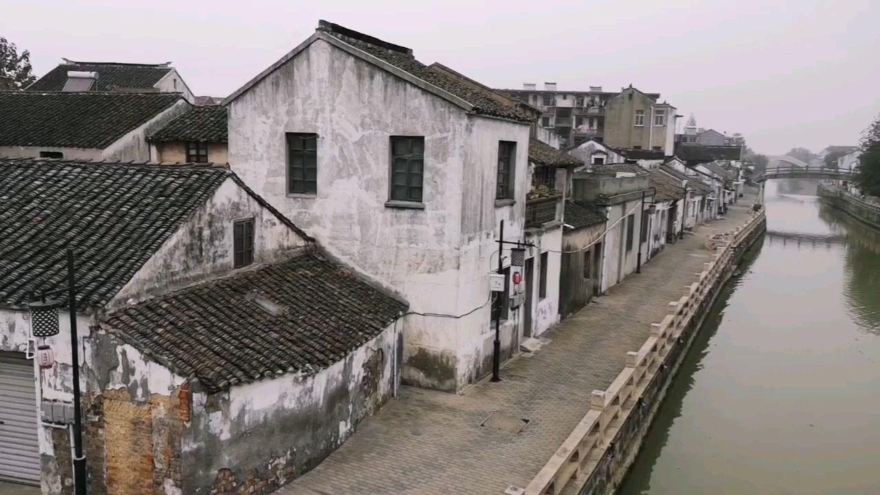 千年古镇。 大运河,老房子和远处的高楼形成强烈的反差。