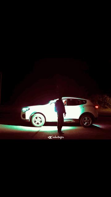 夜里闪烁燃烧的车子
