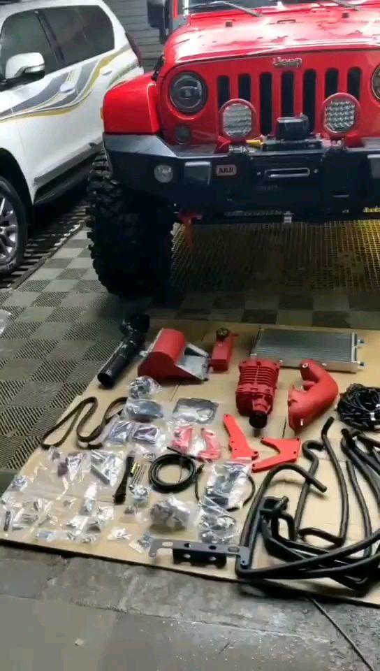 郑州牧马人3.6双螺杆机械增压完工红色车配红色增压更完美动力提升幅度相当于5.0的动力<img class=