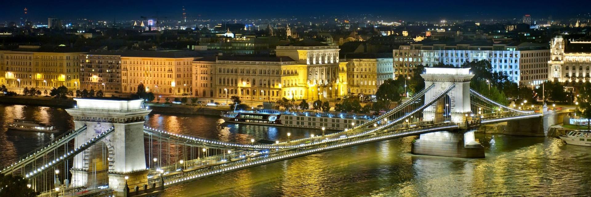多瑙河玫瑰--布達佩斯,絢麗的橋梁夜景,象征浪漫和自由的愛情