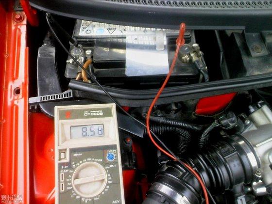 马上用跨接线连接两车电瓶,邪门了还是无法启动,只是启动马达有了一点