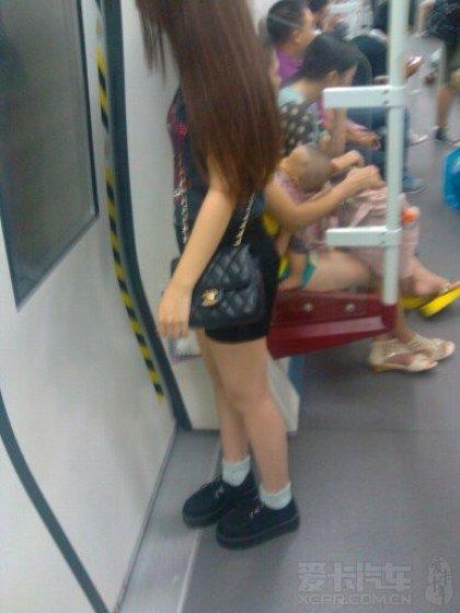 地铁偷拍童颜巨乳美女!补图! 竖