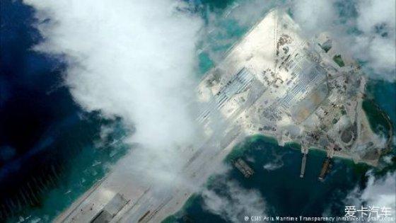 美国机构发布的卫星图片显示,中国在争议海域岛礁的飞机跑道修建工程已经基本完工。华盛顿多次对中国在南中国海的填海造岛工程进行批评,并将其视为对美国国家安全利益的威胁。 据路透社报道,新的卫星拍摄图像显示,中国在具有争议的斯普拉特利群岛(Spratly,中国称南沙群岛)通过填海造陆修建的一座人工岛屿上的一条3000米长的飞机跑道已经接近完工。 此前,今年五月的时候以为美国军方指挥官曾对路透社记者表示,在永暑礁(Fiery Cross Reef)上的飞机跑道修建工程可能在年底前具备运营能力,不过从卫星在6月28