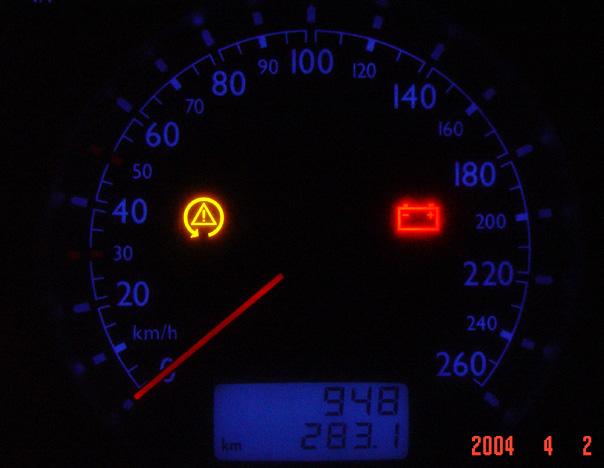 2004-04-10 01:09  48楼 这是关掉esp(esp off)后的仪表盘上的指示灯