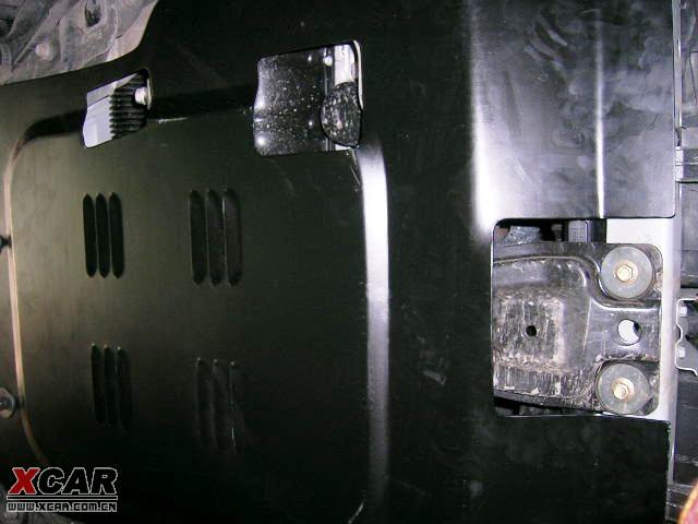 安装发动机保护钢板