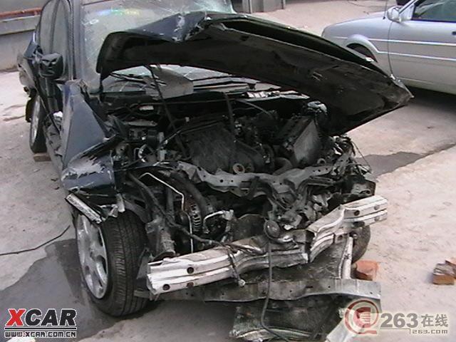 今早晨小区发生一起车祸   图为车祸现场   看看日产轩逸高清图片