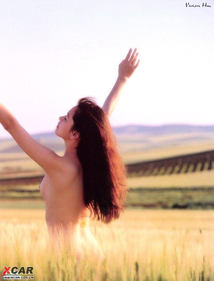 偷窥:一男子与没穿衣服的姑娘在玉米地