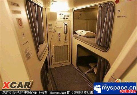 中国国际航班空姐在飞机上是如何睡觉的```!