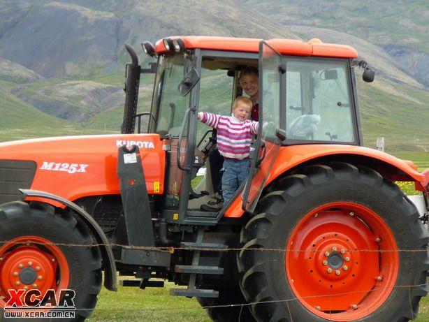 父子在割草,冰岛的牧草全球最好,丹麦和英国王室都要吃冰岛牧草喂大