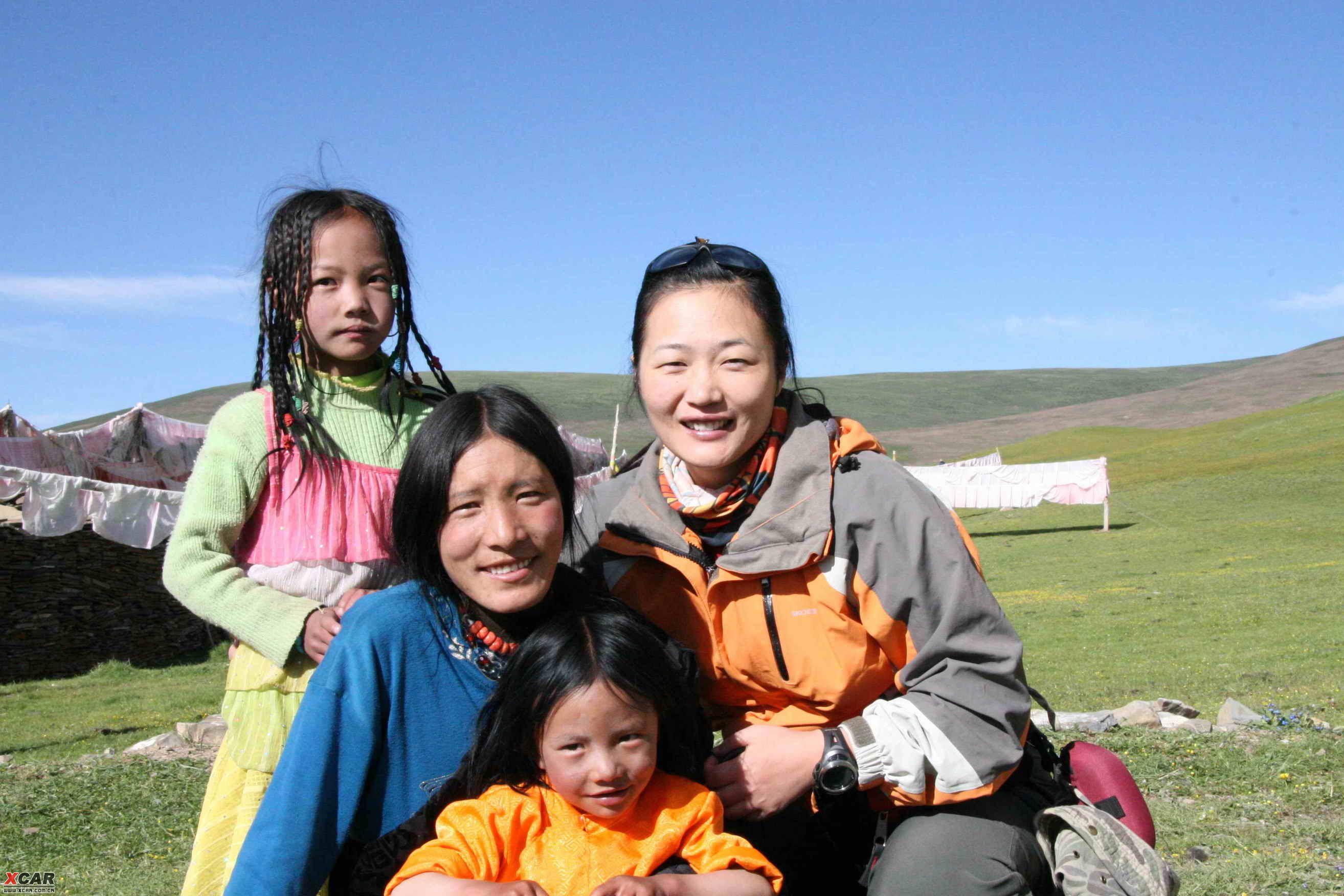 7月27日 {8:00起床,老李又要修他的切切,非常陪着,我们三人前往甘孜寺看看,这是一个很有收获的半天,晚上山下有雨,山上确是雪,站在半山的寺院里,看着对面的雪山,云雾缭绕,正赶上寺院的喇嘛耍坝子,只有几个看门的喇嘛,我们三人是第一批客人,卖门票的老喇嘛给我们当向导带我们参加整个寺院,最有幸的是他把存放唐卡的房间打开,五六十平米的大房间,墙壁四周挂满唐卡,大大小小,陈旧,而壮观,画面告诉我们他们的沧桑年轮,这是宗教的财富,也是人类的财富,我敬重他们!! 11:25甘孜出发,约5分钟后在岔路口向下雄乡方向