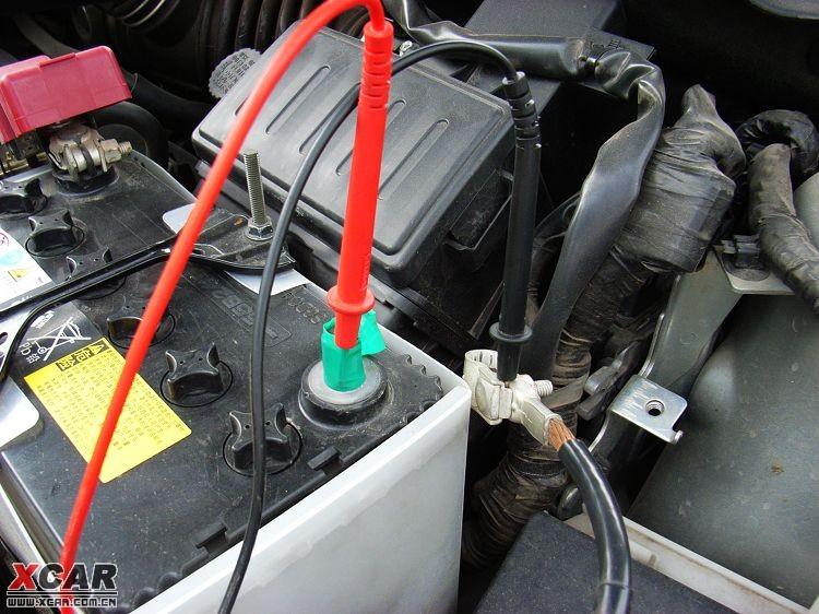 把电瓶负极连接线取出,然后在负极和原来的连接线之间跨接上万用表