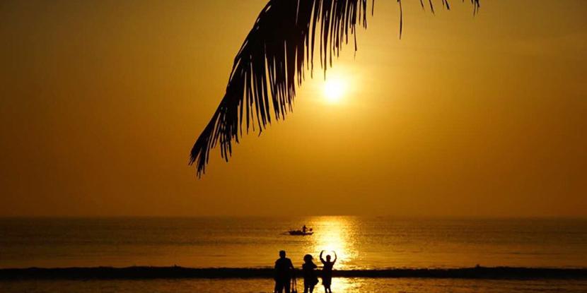 印度洋畔,朝霞红漫天,夕阳无限好